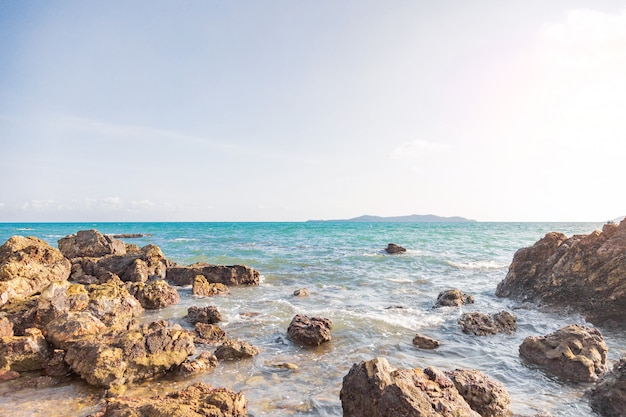 Rocha do seascape da ilha da natureza no verão tropical da praia da praia