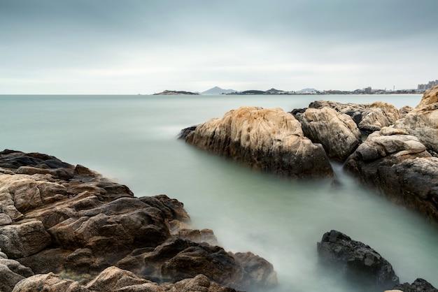 Rocha e mar