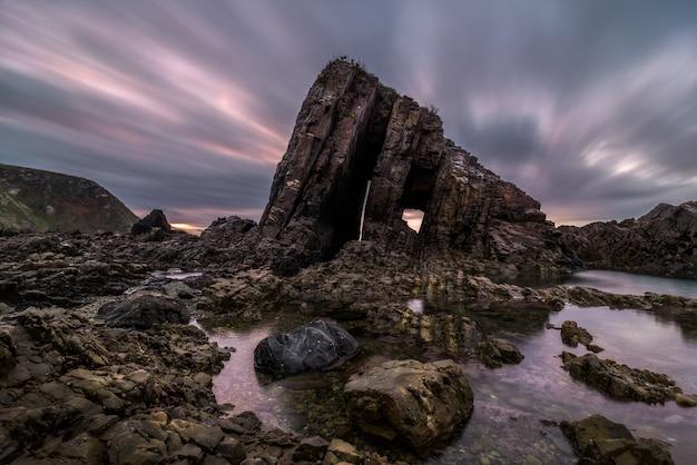 Rocha singular da costa ao pôr do sol