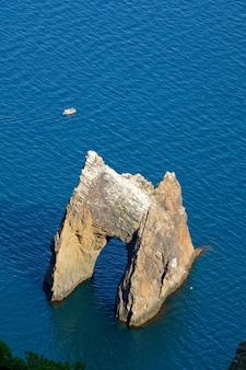 Rocha zoloti vorota (portão dourado) (karadag (reserva no local do antigo vulcão extinto), crimeia, ucrânia)