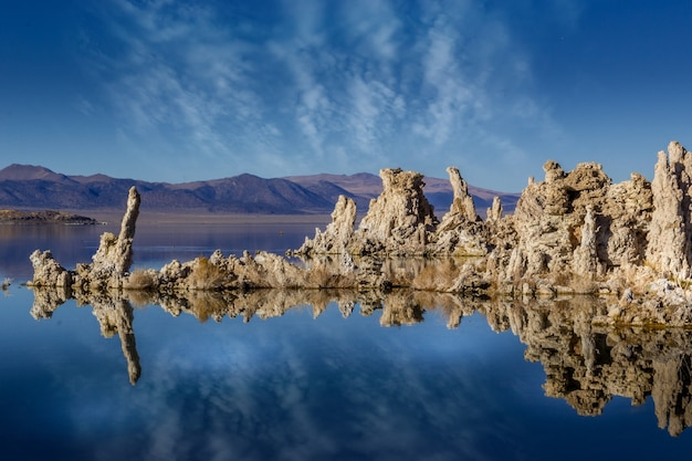 Rochas calcárias no lago mono da califórnia