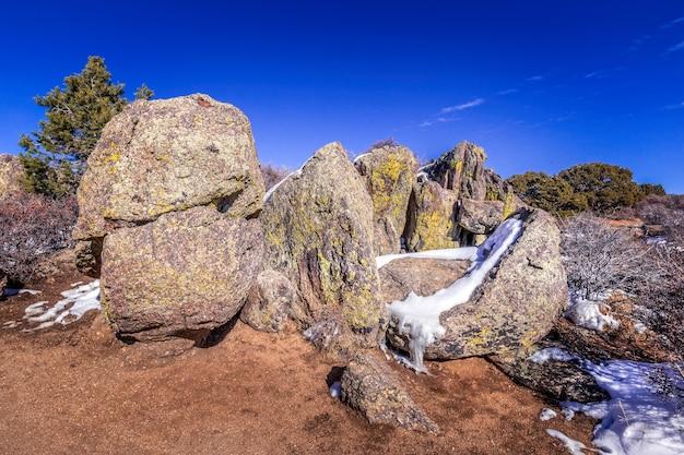 Rochas com neve no rio black do parque nacional gunnison, colorado