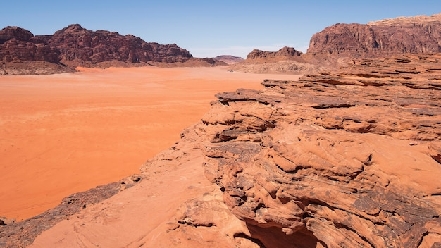 Rochas de areia no deserto quente de wadi rum