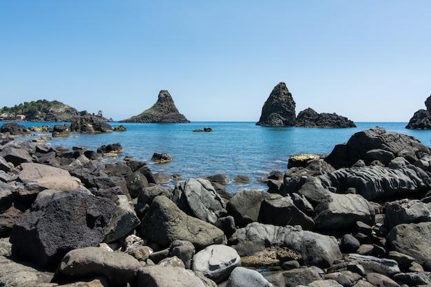 Rochas de basalto no mar