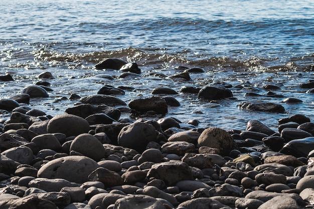 Rochas de close-up na praia selvagem
