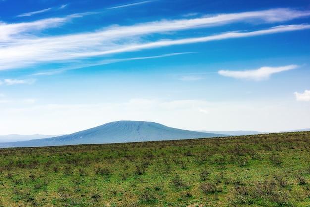 Rochas de pedra e colinas verdes em uma área montanhosa