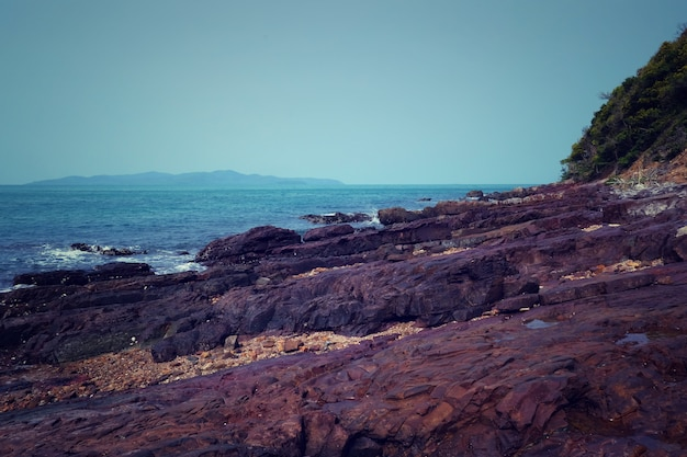 Rochas do mar e costas em chonburi.