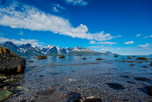 Rochas do sognefjord, o terceiro maior fiorde do mundo e o maior da noruega.
