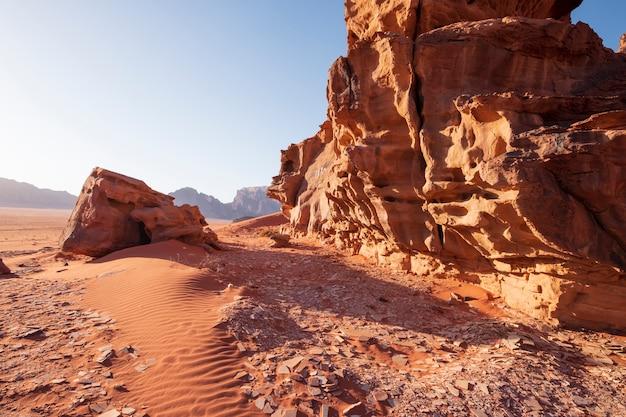 Rochas dunas e areia no deserto de wadi rum na jordânia