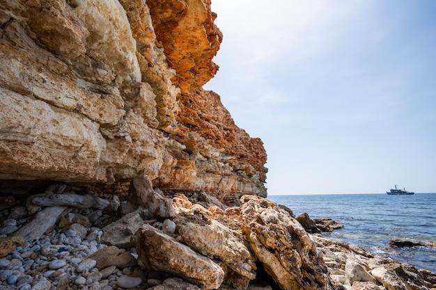Rochas e falésias da costa sul da crimeia, na área de fiolent.