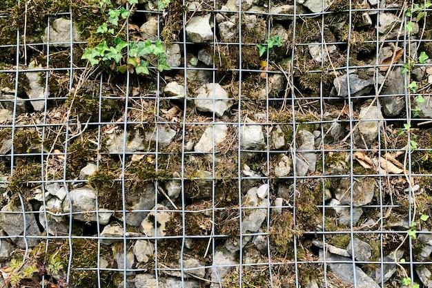 Rochas e gabiões de arame usados como paredes de contenção