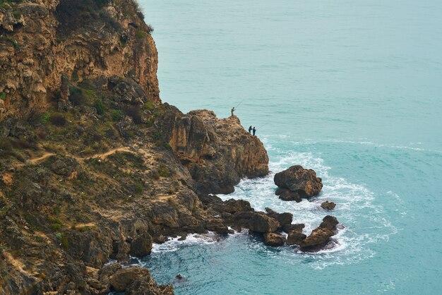 Rochas e mar azul