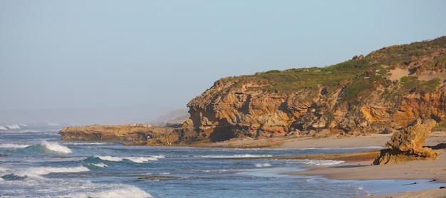 Rochas e mar do litoral