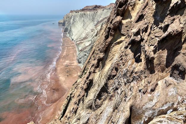 Rochas e mar na ilha iraniana de hormuz, hormozgan, irã.