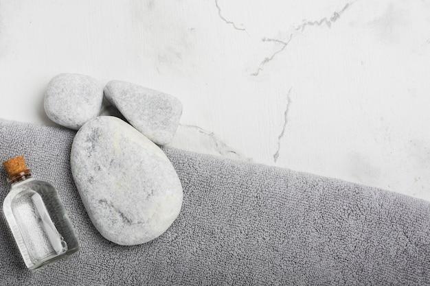 Rochas e recipiente na toalha