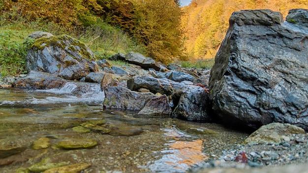Rochas em um pequeno rio