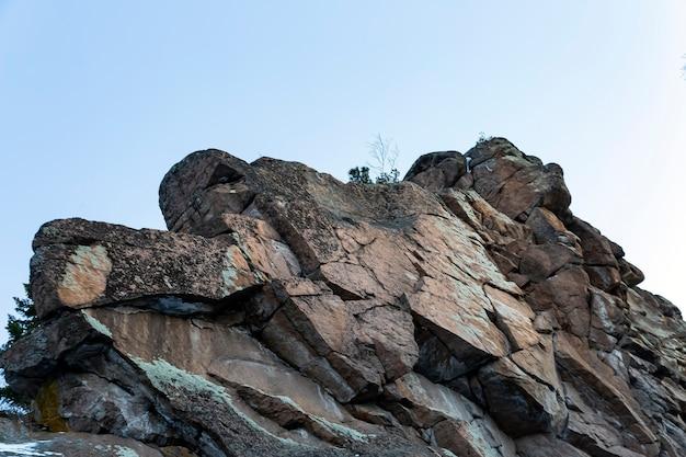 Rochas majestosas contra o céu azul montanhismo beleza da natureza