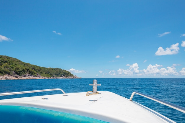 Rochas, mar e céu azul