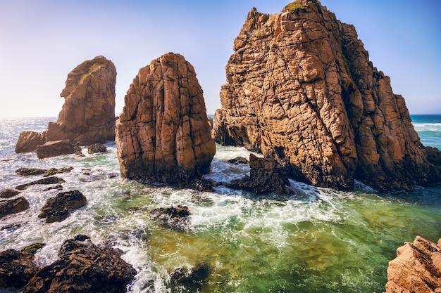 Rochas marinhas épicas surgindo do oceano atlântico na praia da ursa, sintra, portugal