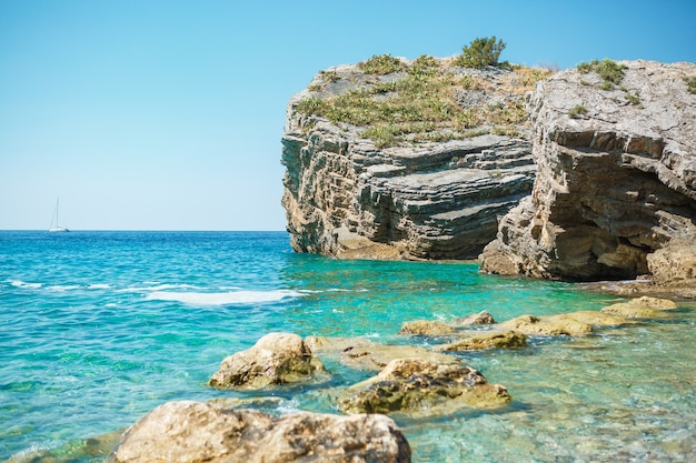 Rochas na ilha de são nicolau em montenegro
