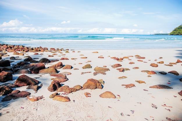 Rochas na praia de areia.