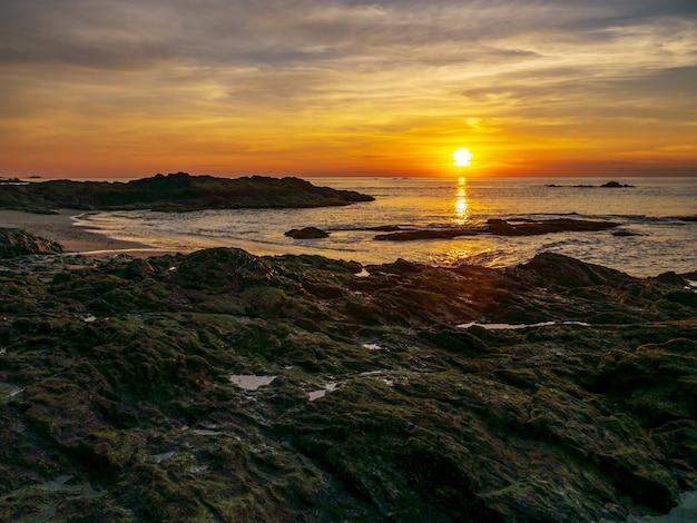 Rochas na praia de manhã