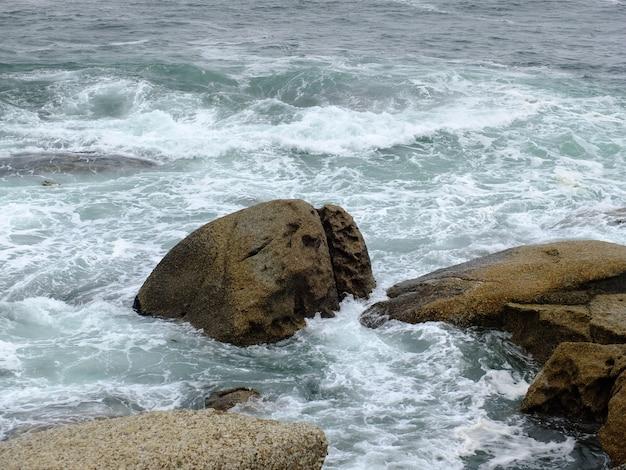 Rochas na tempestade em doze apóstolos, oceano atlântico, áfrica do sul