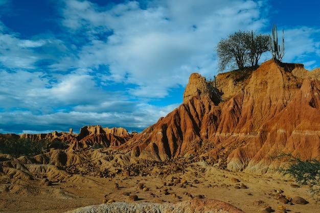 Rochas no deserto de tatacoa, colômbia sob o céu nublado