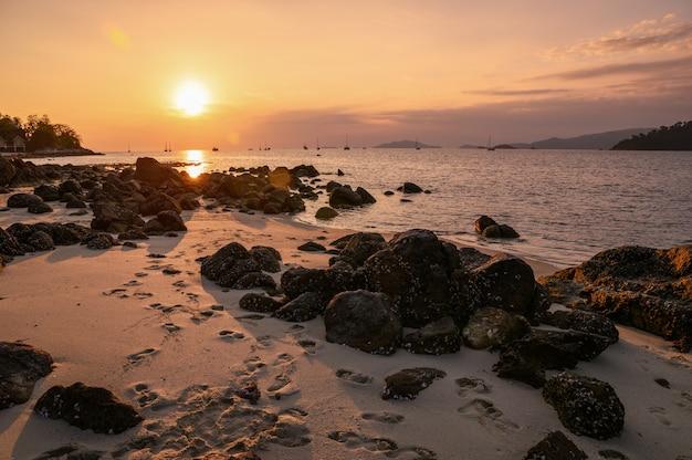Rochas no litoral ao pôr do sol