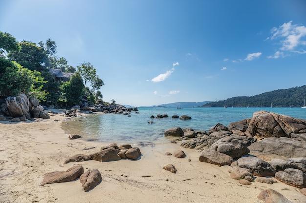 Rochas no litoral com resort na colina em lipe