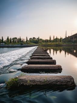 Rochas no rio., fundo de manhã de seul