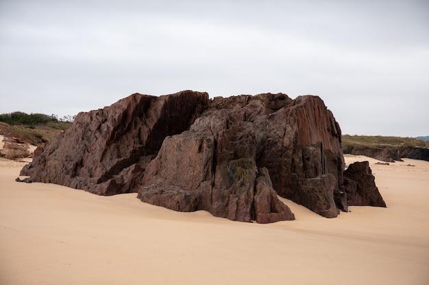 Rochas no solo arenoso com um