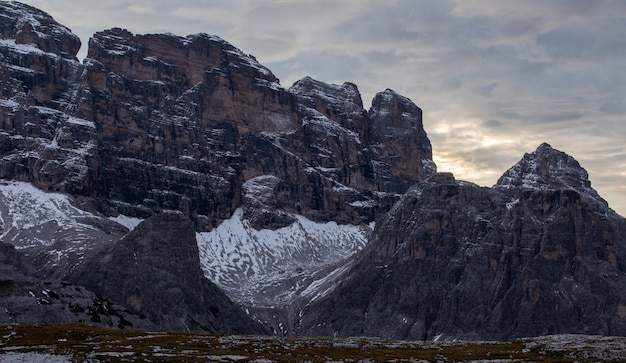 Rochas nos alpes italianos, sob o céu escuro da noite nublada