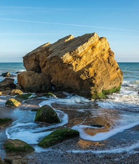 Rochas perto da costa do mar negro