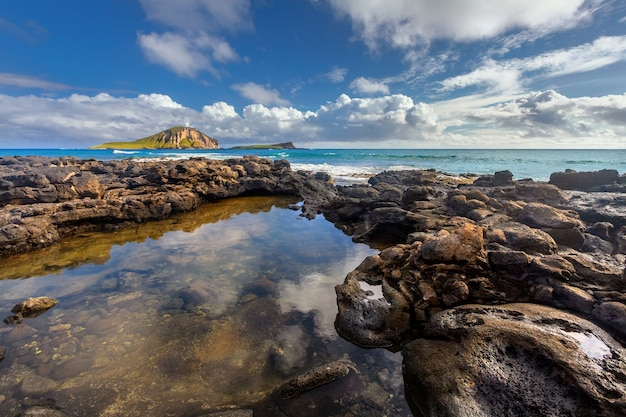 Rochas perto da praia de macapuu com as ilhas manana e kaohikaipu ao fundo