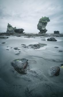 Rochas que parecem índios na praia motukiekie