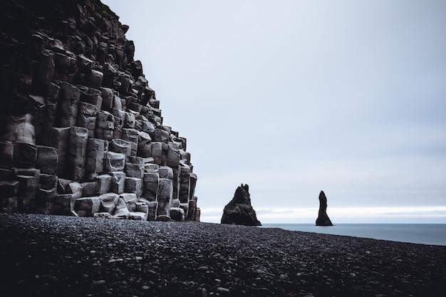 Rochas reynisfjara e o belo mar