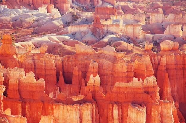 Rochas rosa coloridas pitorescas do parque nacional de bryce canyon em utah, eua