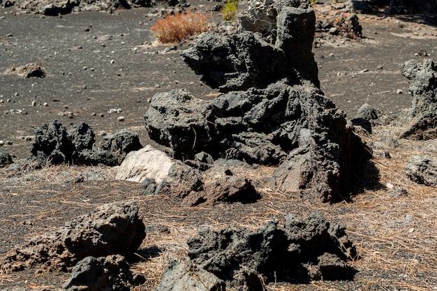 Rochas vulcânicas no chão vazio