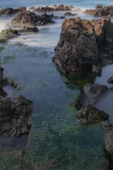 Rochas vulcânicas no oceano atlântico, litoral de puerto de la cruz, tenerife, ilhas canárias, espanha