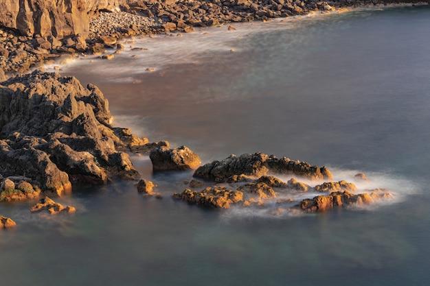 Rochas vulcânicas no oceano atlântico, litoral de rojas, el sauzal, tenerife, ilhas canárias, espanha