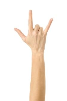 Rock and roll! mão de mulher gesticulando isolado no branco