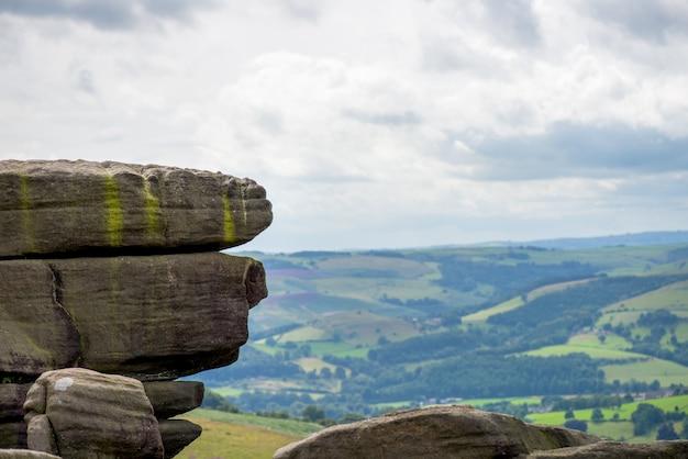 Rock e vista pitoresca sobre as colinas de stanage edge, hathersage
