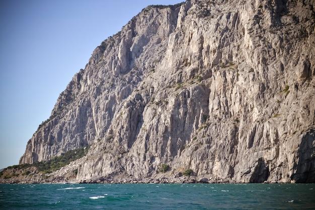 Rock em um dia ensolarado perto do mar, crimeia, ucrânia