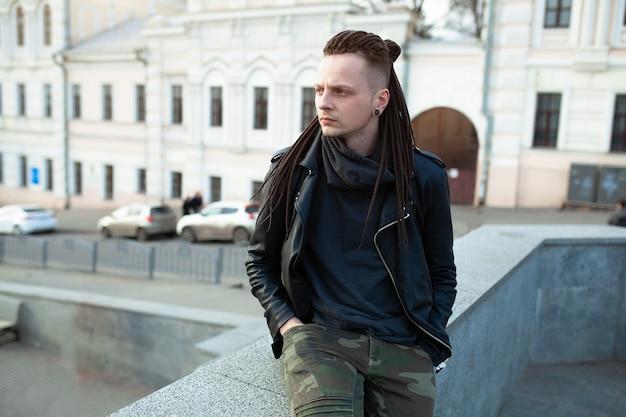 Rocker rock star jovem andando na cidade rua dia de outono