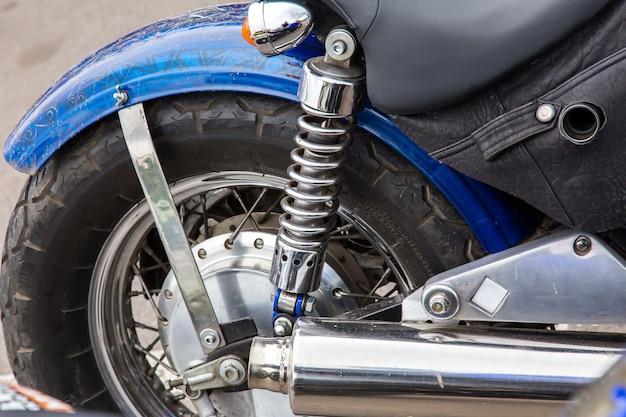 Roda, amortecedor e tubo de escape close-up.