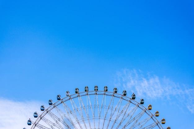 Roda colorida sob um céu azul ensolarado