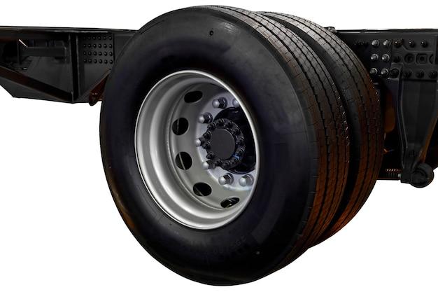Roda com pneu de caminhão no chassi