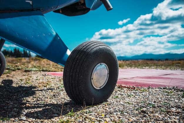 Roda de avião em pista de terra