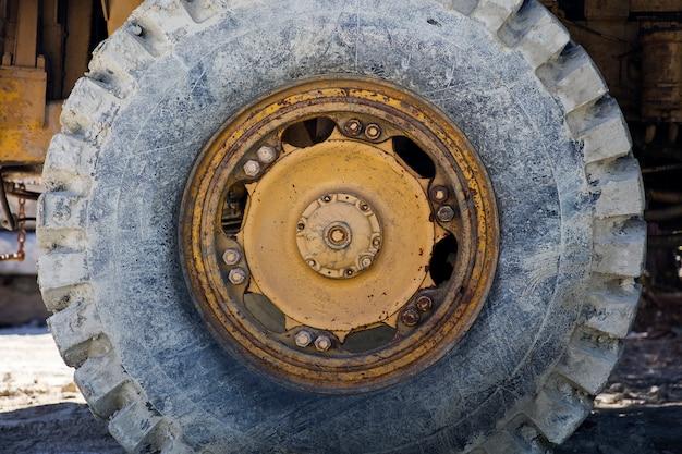 Roda de caminhão de carga grande sujo
